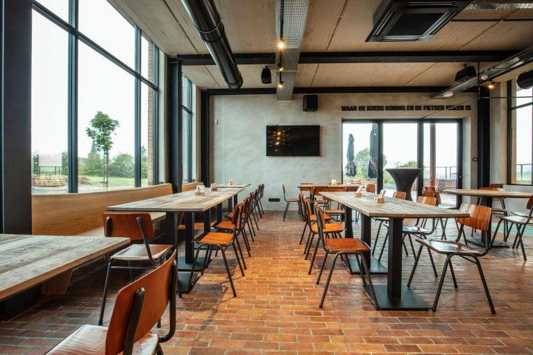 sfeervol strak interieur cafe voor wielerliefhebbers