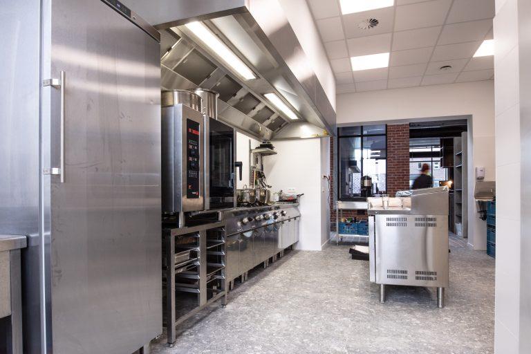 stijl interieur voor keuken van cafe coureur