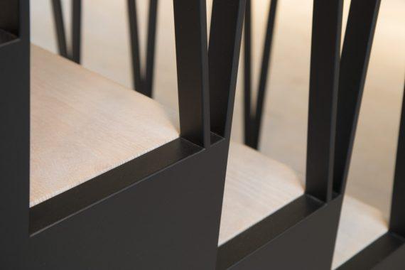 licht houten trap met zwart detail