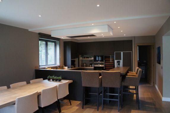 sfeervolle keuken in een strak interieur