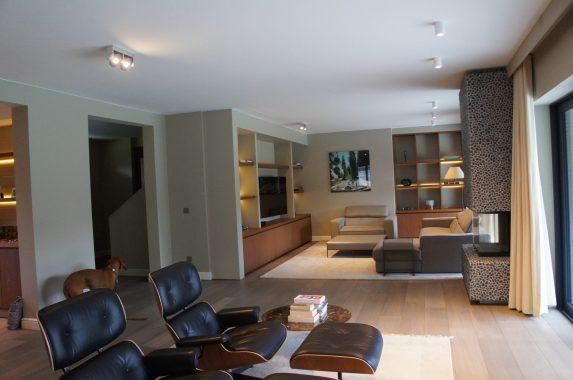 strak bruin interieur voor woning in schilde