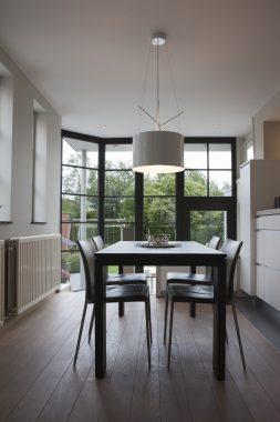 eetkamer met groot raam en buitenlicht in tessenderlo