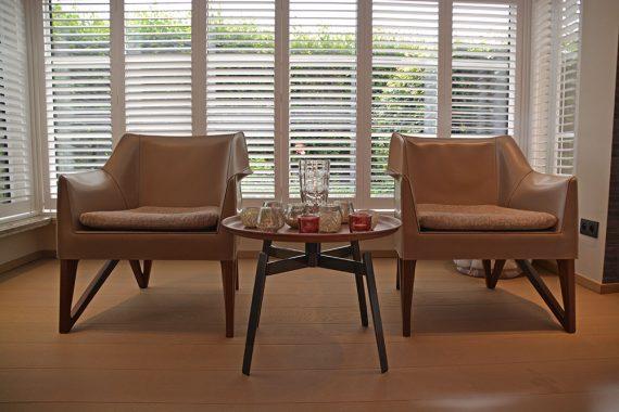 Stijlvolle stoelen in leefruimte van woning in Tessenderlo