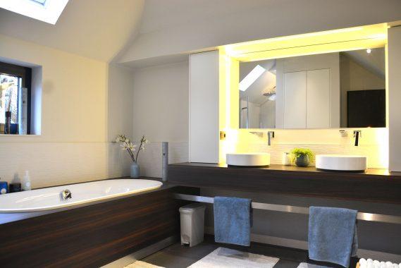donker hout interieur voor badkamer in woning in herk de stas