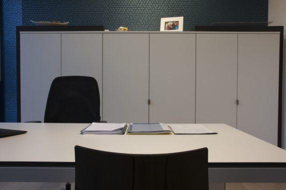 zwart wit design voor bureauruimte verzekeringskantoor