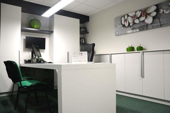 vergaderruimte in een strak wit groen interieur