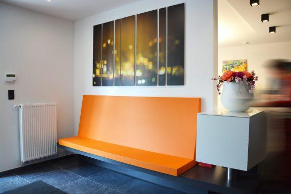 oranje details in interieur voor notaris kantoor