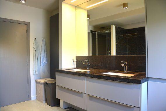 licht klassevol interieur voor badkamer