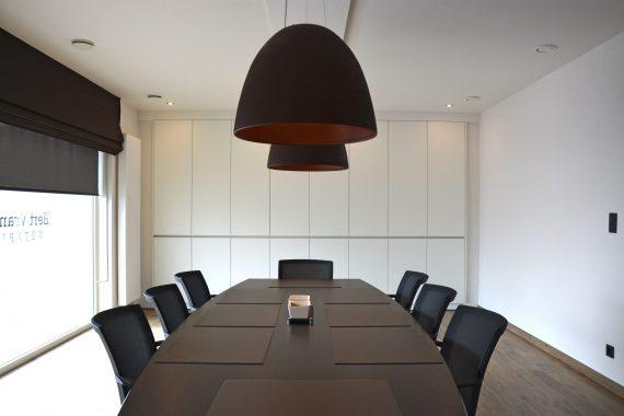 strak stijlvol interieur met details in een vergaderzaal in limburg