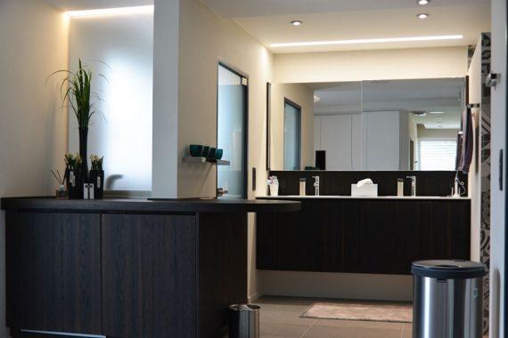 donker stijlvol interieur voor een badkamer in een woning in tessenderlo